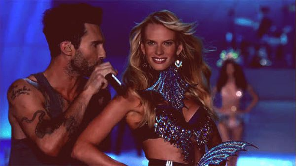 maroon 5 lead singer dating victorias secret model Adam levine, the lead singer of maroon 5, is engaged to victoria's secret model behati prinsloo he seems to be following in the footsteps of mick jagger , the rolling stones frontman who is.