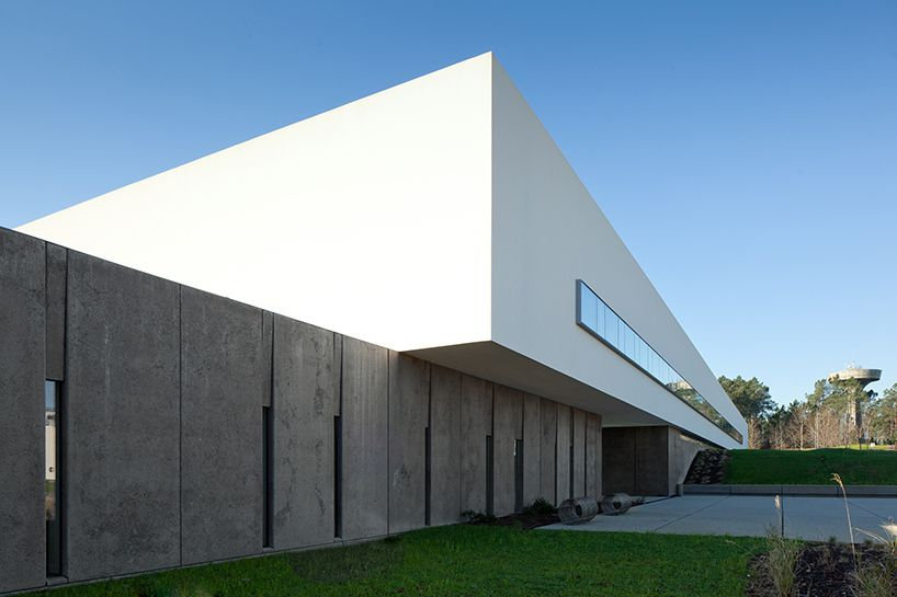 Pedro reis floats horizontal white volume on melgaco sports school designboom architecture - Architecturen volumes ...