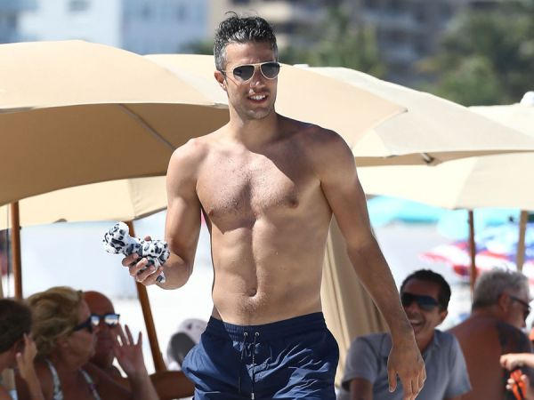 Dutch soccer star robin van persie goes shirtless on the beach and dutch soccer star robin van persie goes shirtless on the beach and shows off his quite excellent physique voltagebd Choice Image