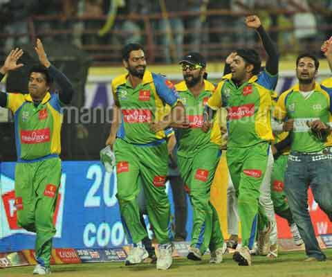 CCL 2 Mumbai Heroes Vs Kerala Strikers Inngs1 Over19 - YouTube