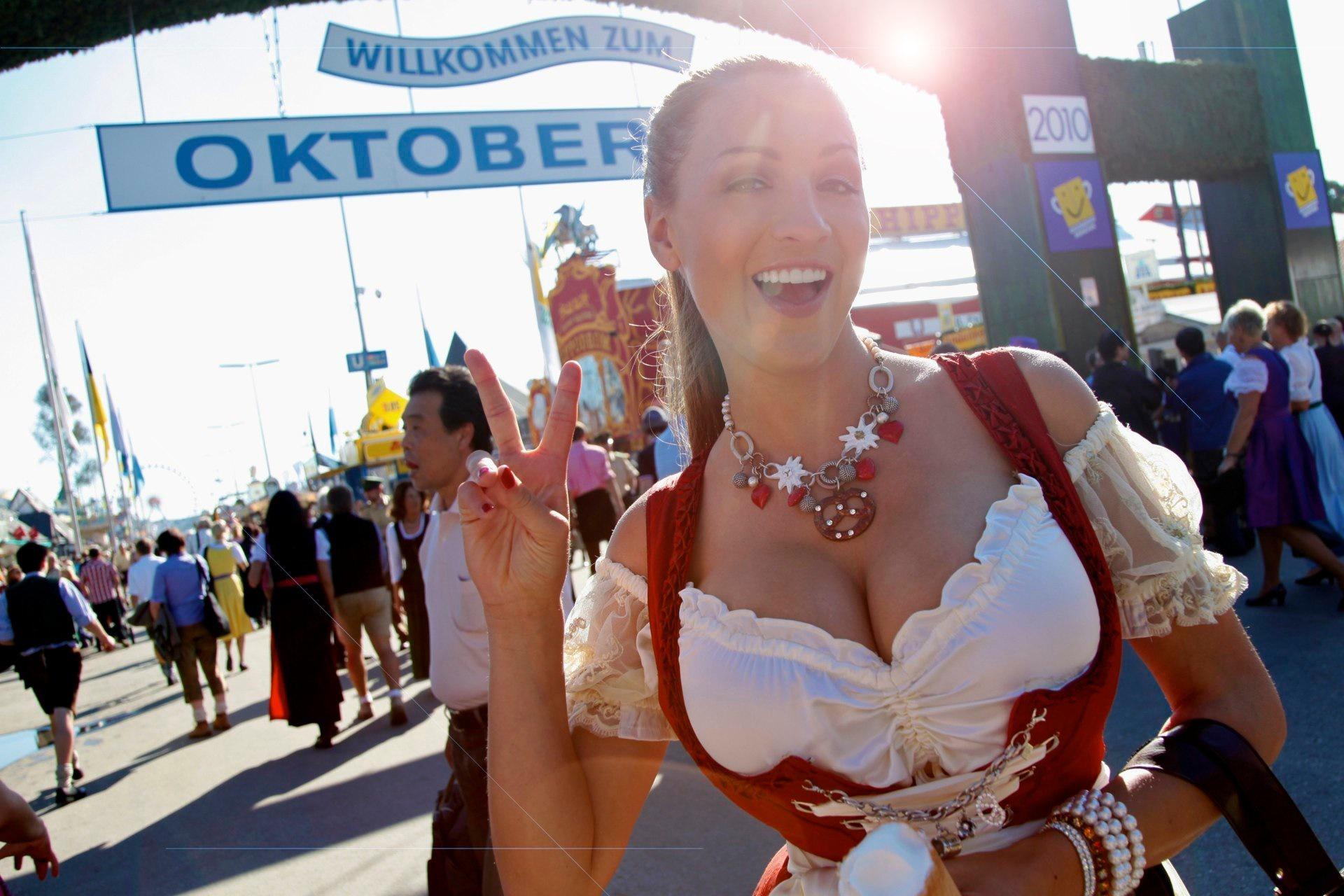 Самые большие сиськи на фестивале пива, видео секс мужчин и женщин групповой