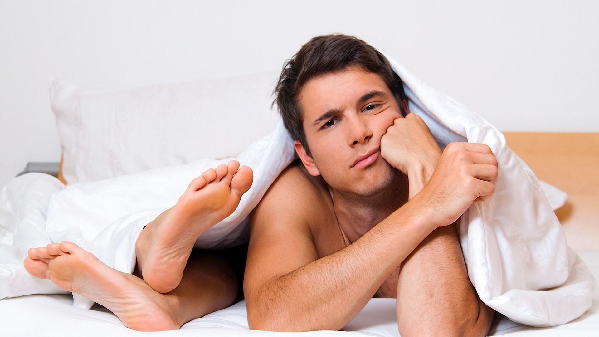 Женщина смотрит член мужчины, туранга лила секс картинки