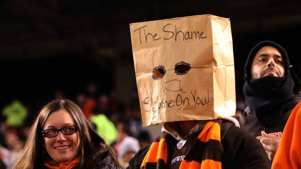 official photos c8df9 98e32 Cleveland Browns fans sport fun signs in stands during loss ...