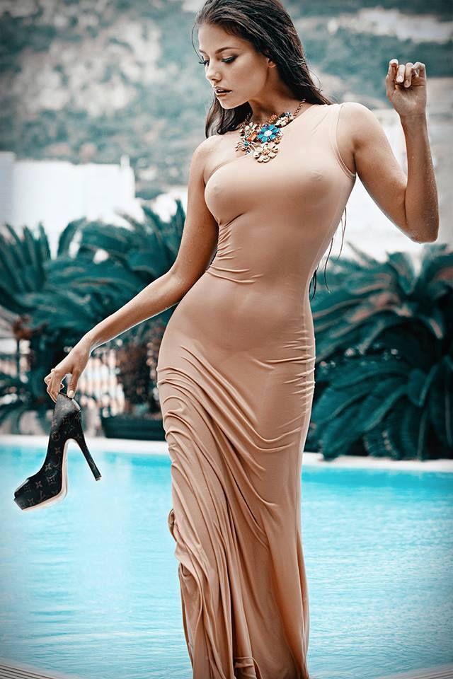 La donna con l\'abito bagnata e senza reggiseno --> Wow bella vista