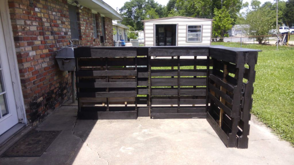 Outdoor tiki bar from 6 recycled pallets less than 50 for Building a tiki bar from pallets