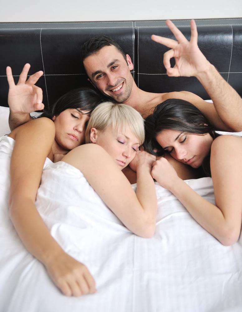 porno-onlayn-krasivo-dostavili-udovolstvie-troe-odnoy-devushku-mashine-dengi