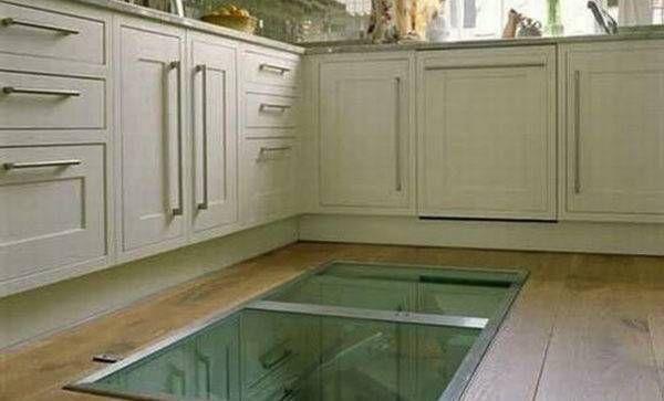 Si fa costruire una finestra nel pavimento della cucina il motivo geniale - Costruire una finestra ...