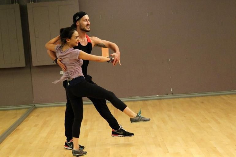 is val dating his partner from dancing with the stars Val chmerkovskiy, actor: fuller house valentin (val) aleksandrovich chmerkovskiy was born in odessa (ukraine) at the age of 26, val is a professional dancer and is known for his appearances on abc's dancing with the stars.