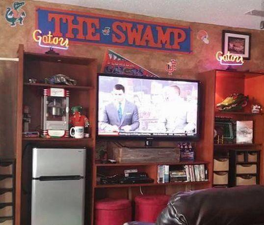 Man Cave York University : Photos florida fan turns garage into ridiculous gators